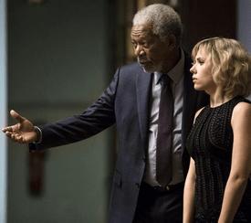 Morgan Freeman (Pr. Norman) et Lucy (Scarlett Johansson)
