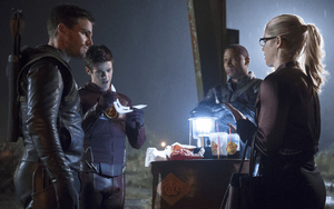 the Flash rencontre la Team Arrow - Stephen Amell (Arrow), Grant Gustin (the Flash), David Ramsey (Diggle) et Emily Bett Rickards (Felicity)