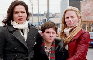 Lana Parilla (Regina), Jared Gilmore (Henry) et Jennifer Morisson (Emma)