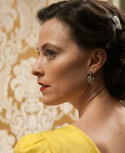 Lara Pulver (Ann O'Neill)